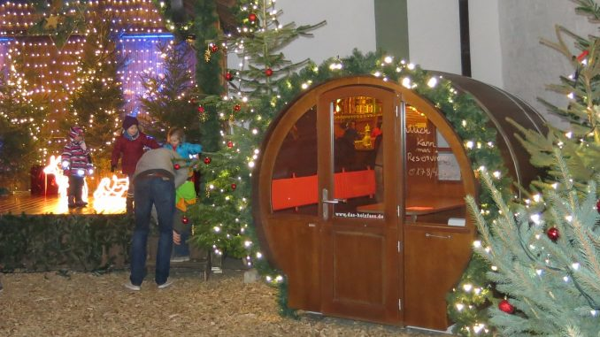 Weihnachtsmarkt Holzfass Winter-Wald