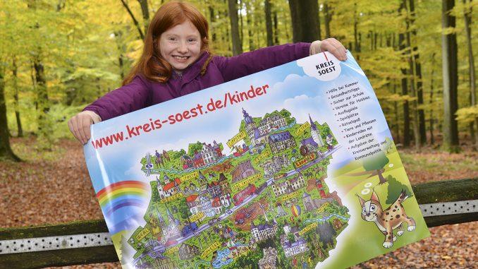 Zoe stellt Plakat Kinderwebseite Kreis Soest vor