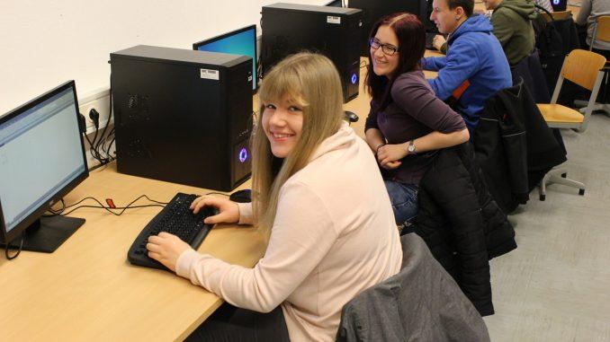 Im neuen Computerraum der Graf-Bernhard-Realschule