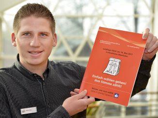 Patrik Vetter, Wahlorganisator, mit Broschüre für LT-wahl 2017