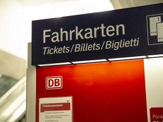 NGG Azubi Ticket14750 326x245 - NRW-Ticket für 6.300 Azubis  im Kreis Soest soll billiger werden