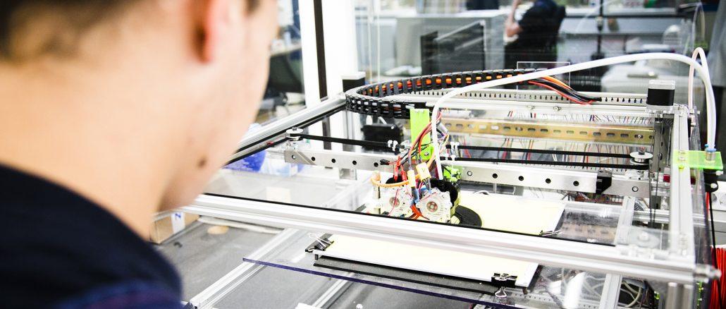 NGG Azubi 3D Drucker15284 1030x438 - Zum Start des Ausbildungsjahrs  noch 791 freie Plätze im Kreis Soest