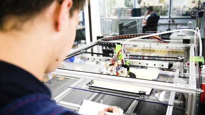 NGG Azubi 3D Drucker15284 678x381 - Zum Start des Ausbildungsjahrs  noch 791 freie Plätze im Kreis Soest